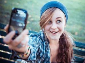 Mii de romani s-au inscris la prima expozitie de selfie din lume