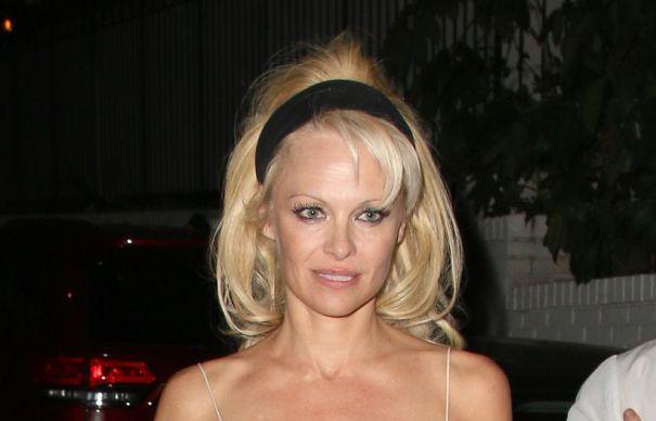Pamela Anderson, o noua aparitie NERUSINATA. Si-a lasat PARTILE INTIME la vedere | GALERIE FOTO