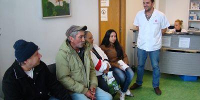 Bolnavi fara venituri, tratati de medici voluntari la singura policlinica sociala din Bucuresti.