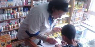 Baiatul de etnie roma care isi facea temele descult pe tejgheaua unei farmacii din Craiova a trecut in clasa a-III-a