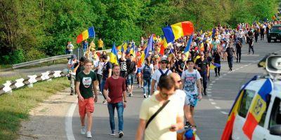 In canicula, pe jos spre Bucuresti: Marsul Stefan cel Mare ii uneste pe romani