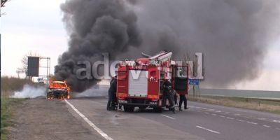 VIDEO Autoturismul fostului comandant al Politiei Rutiere Buzau a ars ca o torta pe marginea drumului E85