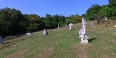 Povestea muzeului de arta in aer liber dintre dealurile Buzaului, unicat in Romania