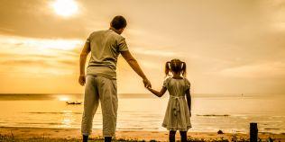 Cum ii afecteaza pe copii lipsa tatalui. Un baietel are alte probleme decat o fetita crescuta fara figura paterna