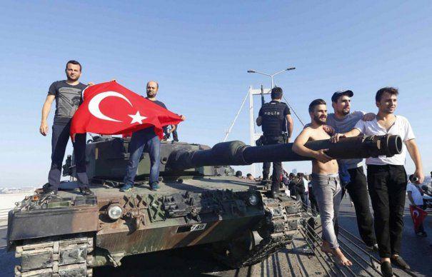 Putin l-a SCAPAT pe Erdogan. Puciul din Turcia ar fi ESUAT datorita serviciilor secrete ale Rusiei