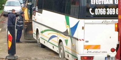Autocar scufundat in drumul proaspat asfaltat in batjocura. Sirul loviturilor aplicate de Dorel in cateva zile la Galati