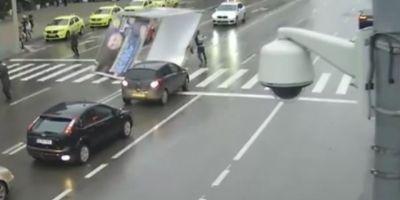 VIDEO Pensionarul care a fost spulberat de un panou publicitar a murit