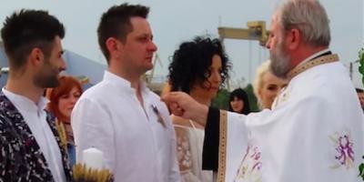 VIDEO Vedete ProTV cununate de un preot exclus din BOR. Nunta oficiata pe plaja din 2 Mai, nerecunoscuta de nicio biserica ortodoxa