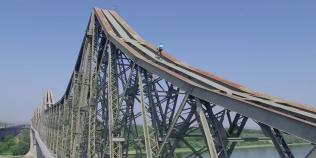 VIDEO Cascadorie de infarct: ciclistul italian Vittorio Brumotti a pedalat pe grinda Podului de la Cernavoda