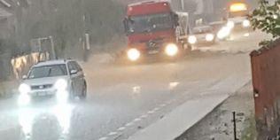 VIDEO Vestul tarii, lovit de furtuna si ploi: DN 1 este acoperit de ape