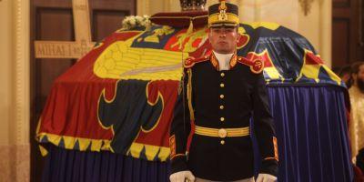 Trei zile de doliu national, incepand de astazi, in memoria Regelui Mihai. Sicriul cu trupul neinsufletit al Majestatii Sale este depus la Palatul Regal pana sambata