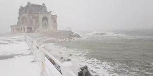 VIDEO Cazinoul din Constanta in timpul codului portocaliu de furtuna. Imagini infricosatoare filmate la malul marii