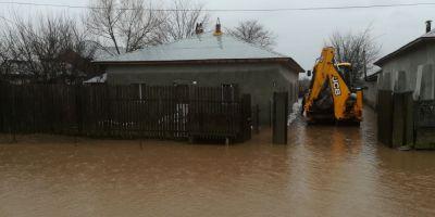 FOTO VIDEO Inundatii in Teleorman: 16 locuinte si 203 gospodarii afectate. Se circula greu pe DJ 504