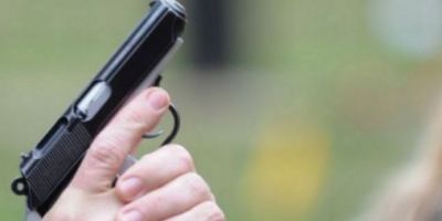 Politistii, obligati sa foloseasca arma pentru a calma un barbat agresiv care ameninta cu toporul. Victima, ranita in burta