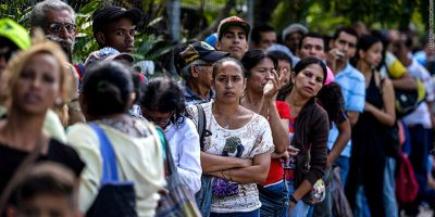 Criza din Venezuela: Maduro dubleaza salariile inainte de alegeri. Inflatia e de 13.800%. Lumea se bate pe mancare
