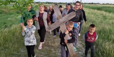 VIDEO Copil pus sa care crucea in spate, intr-un ritual de invocare a ploii. Imagine surprinsa pe un drum din Baragan