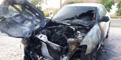 BMW-ul unei doctorite, distrus de flacari: